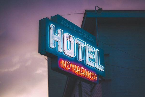 cartel hotel neón